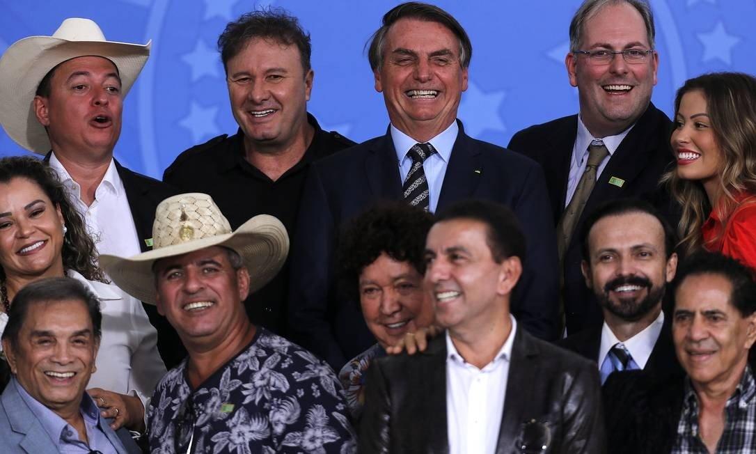 Bolsonaro encontra sertanejos, Dedé Santana e ouve pedido pelo fim da meia-entrada