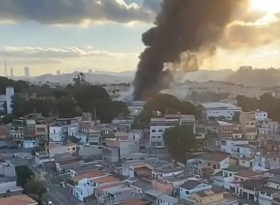Incêndio em Taboão da Serra atinge galpão com obras de arte de grandes galerias
