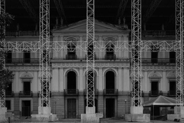 Traduzir tragédia do Museu Nacional em beleza é desafio para fotógrafo