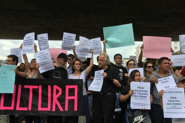 Manifestantes protestam contra cortes em museus e orquestras estaduais de SP