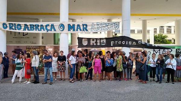 Museu de Arte do Rio, que corre o risco de fechar, recebe abraço simbólico